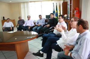 O presidente da Acefb, Antonio Pedron, apresenta a prestação de contas da Expobel ao prefeito Cantelmo Neto, Sociedade Rural e Rural Leite; lucro da feira será investido em projetos das quatro instituições