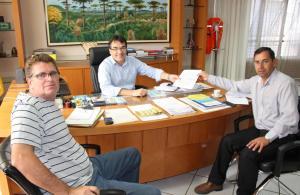 Prefeito Cantelmo Neto recebeu do assessor de Assuntos Comunitários, Irineu Flach, e do coordenador da Defesa Civil e secretário de Urbanismo, José Carlos Vieira, a publicação com a portaria