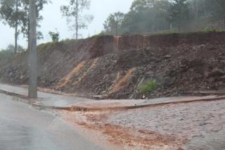 Incapacidade de absorção do solo conduz água para partes baixas da cidade