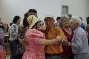 Idosos de várias comunidades se reúnem e têm as mesmas atividades dos grupos da cidade