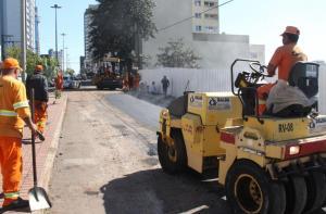 Funcionários contratados pela empresa construtora de um prédio na avenida Julio Assis finalizaram nesta terça-feira a recuperação do trecho da avenida que desmoronou