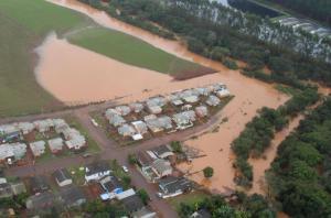 Sempre que o Rio Santa Rosa transborda, uma das quadras do conjunto habitacional é afetada pela inundação, como no sábado