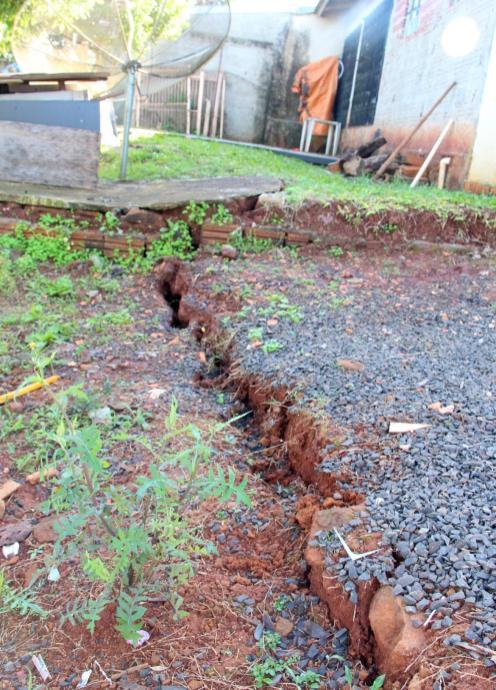Uma das fendas que se abriu tem mais de dez metros de comprimento e 20 cm de largura; várias residências podem ser afetadas