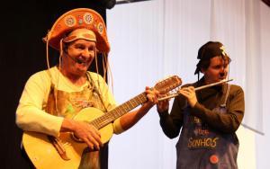 João e Jeronimo Bello em apresentação na Semana da Leitura: pai e filho já percorreram 520 mil km improvisando declamações, músicas, mágicas e charadas