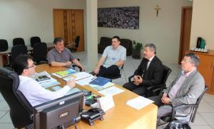 Ilto Bendo e Edilson Zanatta, da Caixa, apresentaram ao prefeito Cantelmo Neto e o vice, Eduardo Scirea, uma proposta para solucionar o caso das 19 casas de um conjunto habitacional construídas em área de alagamento