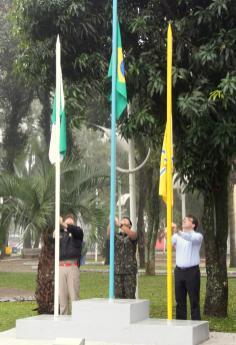 O hasteamento das bandeiras do Paraná, do Brasil e de Beltrão pelo mj. Norton Kapp (Bombeiros), mj. Celso Ramos (Exército) e prefeito Cantelmo Neto marcou a abertura da Semana da Pátria no município