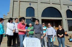 No evento acompanhado por lideranças do bairro, após assinar a ordem de serviço, prefeito Cantelmo Neto passa a caneta a Jerson Vivian, da Conesul, empresa que irá construir a nova UBS
