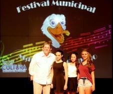 O diretor de Cultura, Miguel Seymur com os vencedores da Popular: Laura Fagundes, Milena Giggi Meurer e Julia Renata Tesser