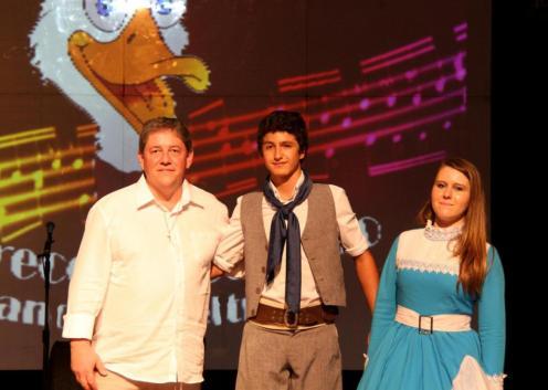 O diretor de Cultura, Miguel Seymur com os vencedores da Gaúcha: Gabriel Dall'Agnol Siqueira e Ana Cardina Neves