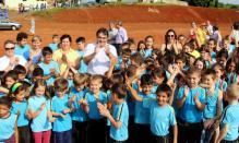 Com alunos da Escola Pedro Algeri, prefeito Cantelmo Neto comemora a autorização da construção da nova escola, no bairro Miniguaçu, orçada em R$ 3,3 milhões