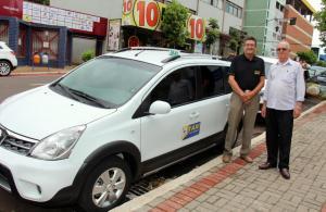 O novo veículo do taxista José Vilson já abriu portas para novos mercados; na foto com o agente de crédito Itacir Rovaris