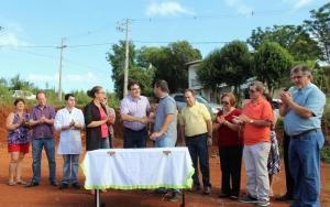 Após a assinatura da ordem de serviço para construção da nova unidade de saúde do bairro Sadia, prefeito Cantelmo Neto cumprimenta Rodrigo Colombari, da Construtora TH, que irá executar a obra