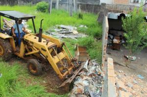 Equipes da Prefeitura e da PM foram mobilizadas para uma operação de limpeza de um terreno na área central da cidade