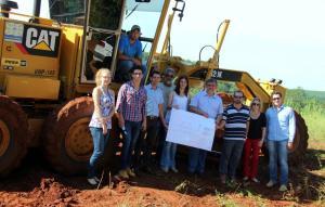 O prefeito em exercício, Eduardo Scirea, e a equipe envolvida no processo, incluindo os secretários Viro de Graauw (Educação) e Daniela Celuppi (Desenvolvimento Rural) acompanharam o serviço em Nova Concórdia