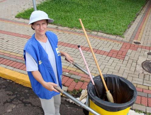A agente de limpeza Ieda Hellmann ocupa um cargo de nível fundamental, mas já está na faculdade e não pensa em parar de estudar