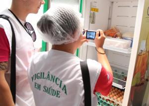 Inspetores sanitários vistoriam restaurantes e estabelecimentos ao menos duas vezes por ano para verificar as condições de armazenamento e preparo dos alimentos