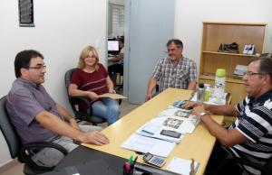No escritório regional da Cohapar, prefeito Cantelmo Neto, Tânia Bernardon, Eduardo Scirea e Antonio Carlos Bonetti