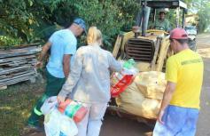 Agentes de limpeza recolhem entulhos durante Mutirão da Dengue realizado nesta semana; apesar de não ter nenhum caso confirmado, Beltrão está reforçando ações de combate à doença