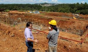 Prefeito Cantelmo Neto conferiu o andamento das obras na estação de tratamento de esgoto da Cidade Norte, viabilizada após Prefeitura adquirir o terreno e repassar à Sanepar