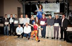 Representantes das dez empresas com maior contribuição de ICMS em foto com autoridades e membros do Circo Vox, que animou o cerimonial de premiação durante o Sucesso Empresarial
