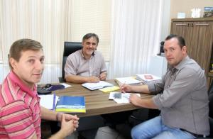 João Paulo, Eduardo Scirea e Janir Cella debatem o cronograma com os próximos bairros contemplados pelo projeto