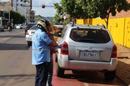 Debetran terá período de 15 dias de tolerância e agentes de trânsito estarão somente orientando os motoristas; depois da adaptação, estacionar sobre a ciclofaixa pode render multa grave