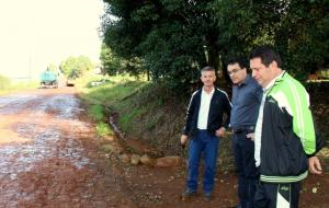 Beto Farinon (Pavimar), prefeito Cantelmo Neto e o vereador Aires Tomazoni acompanharam parte do serviço experimental em trecho na Linha Triton