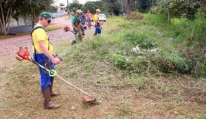 Serviço de roçada da Prefeitura prioriza espaços públicos e também é feito em terrenos particulares após notificação