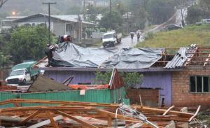 Moradores passaram a manhã cobrindo as casas menos afetadas; Prefeitura está implementando plano de ação para socorrer atingidos