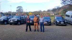 Adams Brizola e José Carlos Vieira, da Prefeitura, com o tenente João Pedro Passos, comandante do BPFron, que poderá vir para Beltrão