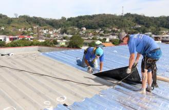 A Prefeitura está instalando manta asfáltica na cobertura de quatro ginásios da cidade: João Cantu, Flavio Morcelli, Sarará e Bangu