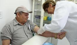 Seu João Maria Ramos, de 65 anos, durante coleta de sangue para exames da campanha Agosto Azul