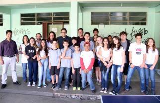Prefeito Cantelmo Neto com alunos do Colégio Industrial, bairro por onde fez um giro conversando com lideranças da área da educação nesta quinta
