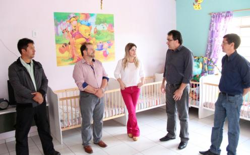 Adams Brizola, Viro de Graauw, diretora Ivânia Ribeiro, prefeito Cantelmo Neto e Aldair Cambui em visita ao CMEI Nanci de Moraes