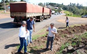 Beto Farinon (Pavimar) com Irineu Flach e o vice-prefeito Eduardo Scirea no cruzamento da PR-483 com a Rua das Flores, que receberá um trevo