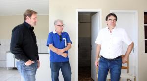 Delegado Valderes Scalco, corretor Leo Dalmolin e o prefeito Cantelmo Neto vistoriaram o espaço que sediará a Delegacia da Mulher