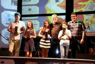 Miguel Seymur e prefeito Cantlemo Neto com os premiados na categoria Infantojuvenil: João Pedro e Flaviane Carbonera, Laura Fangundes e Michel Dutra