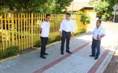 Com o morador Jair Bogoni, prefeito Cantelmo Neto e Alberto Andrade vistoriam uma das calçadas feitas através do programa Novos Caminhos