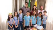 Prefeito Cantelmo Neto e secretário Viro de Graauw com os alunos