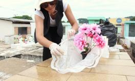 Equipe de combate a endemias fez um arrastão no cemitério municipal para eliminar possíveis focos de larvas: vasos de flores e lajes acumulam água e podem se tornar criadouro ideal
