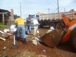 Ação integrada entre as secretarias de Beltrão tem passado por diversos bairros recolhendo entulhos que podem virar criadouro de larvas
