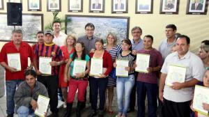 Prefeito Cantelmo Neto e o vice, Eduardo Scirea, entregaram escrituras a 28 famílias do programa Habitabem