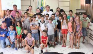 O prefeito em exercício, Eduardo Scirea, com Nelcir Basso, vereadora Daniela Celuppi e os novos integrantes do Clube da Bezerra