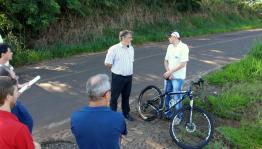 O prefeito em exercício, Eduardo Scirea, e a equipe técnica conversam com o professor Luciano Lucchetta, que vai trabalhar na UTFPR de bike todos os dias