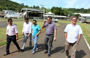 Adams Brizola, Clecio Menegoto, Joares Ribeiro, prefeito Cantelmo Neto e Marcos Guerra em visita a área de shows, que terá novidades este ano