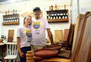 Ana Cristina e Clóvis fabricam produtos em madeira e estão ampliando os negócios na feira