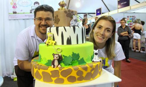 Enfeites de festas infantis feitos com EVA e isopor são a especialidade de Lucélio e Juliane
