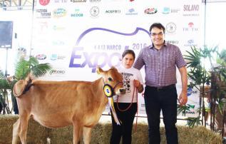 Prefeito Cantelmo Neto e a aluna Eduarda Gomes, vencedora da categoria jersey