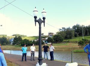 Prefeito Cantelmo Neto e o vice, Eduaro Scirea, vistoriaram o início dos serviços de implantação dos postes republicanos, uma novidade na cidade