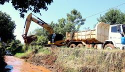 Prefeitura iniciou pelo bairro São Miguel mais uma etapa de desassoreamento de rios, córregos e bacias de contenção da cidade para amenizar enxurradas
